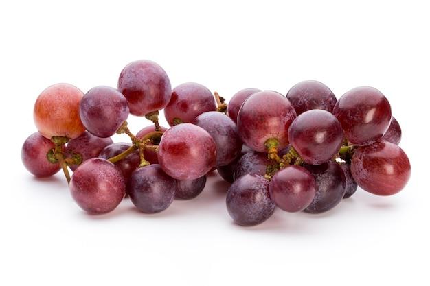 白に分離された熟した赤ブドウ。