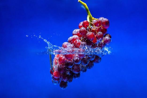 Спелый красный виноград.