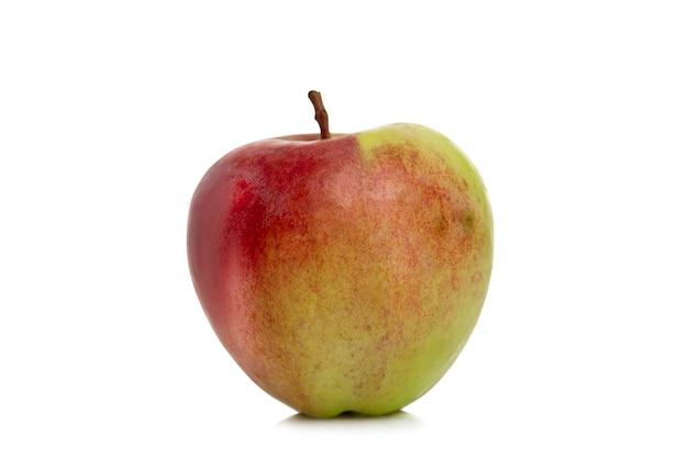 熟した赤緑のリンゴ。収穫期。自然からのビタミンと健康。白い背景で隔離。閉じる。