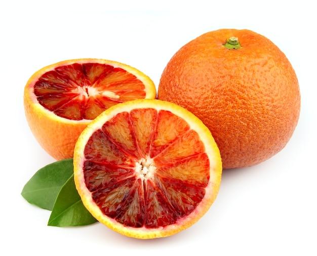 Спелый красный апельсин на белом фоне