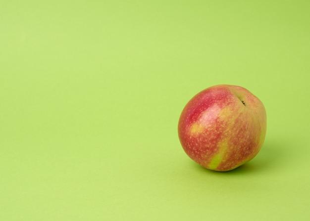 緑、秋の収穫に熟した赤い丸いリンゴ