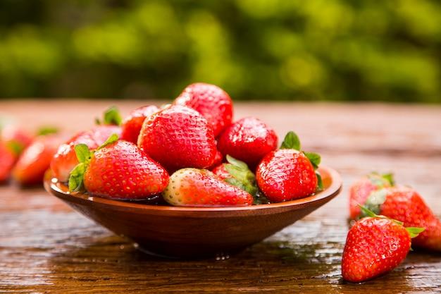 나무 테이블에 잘 익은 빨간 딸기