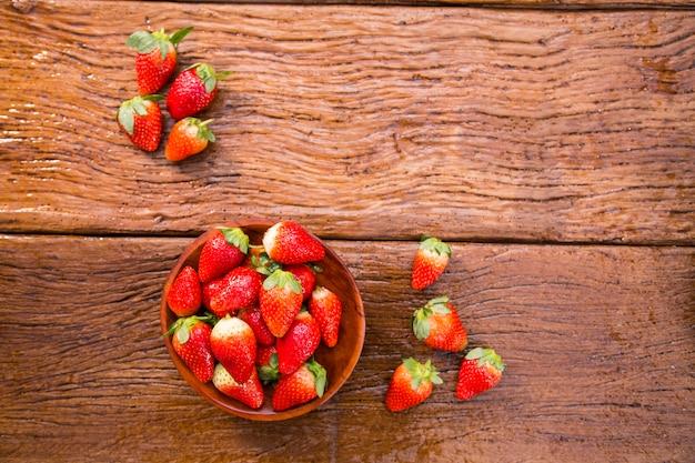 나무 테이블에 잘 익은 빨간 딸기 프리미엄 사진