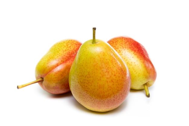 白い背景で隔離の熟した赤黄色梨の果実