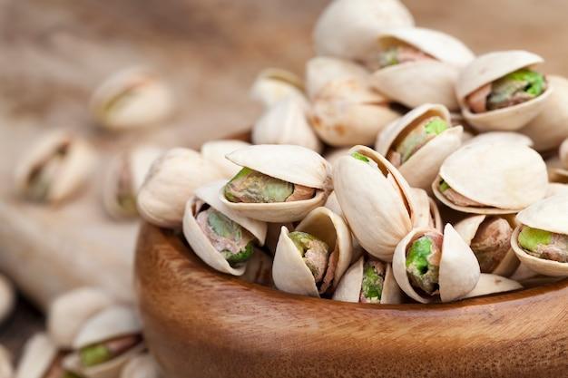 잘 익은 볶은 피스타치오에 소금을 솔솔 뿌려, 맛있는 천연 건조 및 소금에 절인 피스타치오 견과류