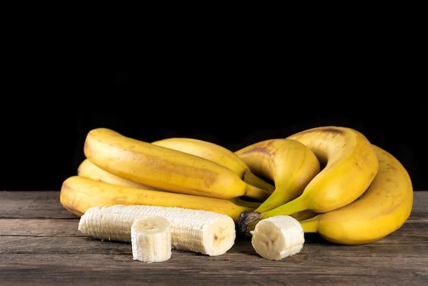 Спелый нарезанный банан на деревянном столе