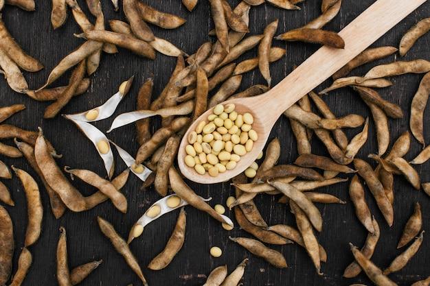 台所のテーブルに熟した大豆ポッド。自然食品