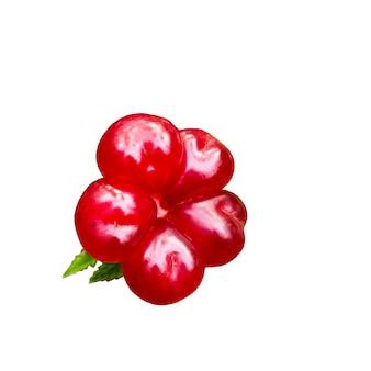 Спелые каменные ягоды ежевики rubus saxatilis, изолированные на белом фоне