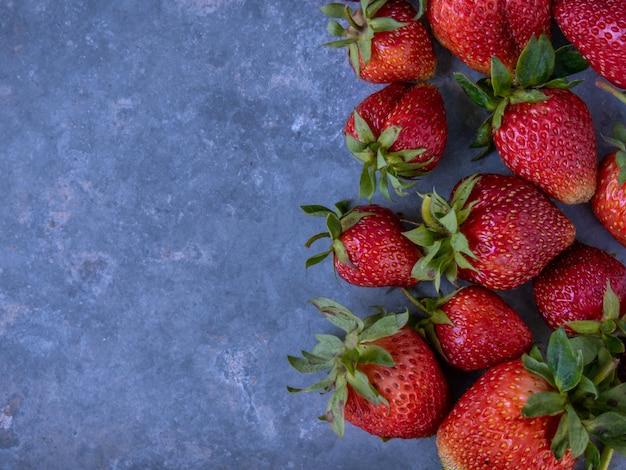 복사 공간 테이블에 익은 딸기.