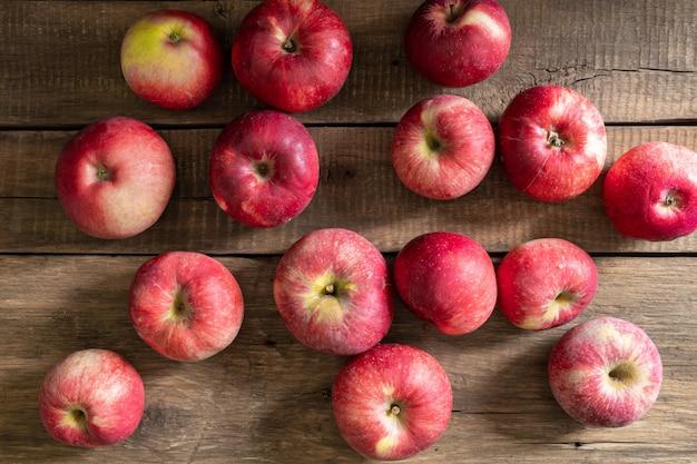熟した甘いリンゴは木製のテーブルの上にあり、果物は健康に良いです。