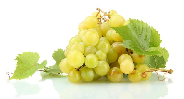 Спелый сладкий виноград, изолированные на белом фоне