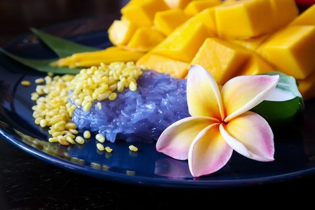 熟した甘いマンゴーと粘り気のあるご飯、伝統的なタイのデザート
