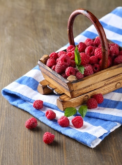 나무 테이블에 바구니에 익은 달콤한 산딸기