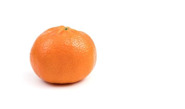 Спелый мандарин, вид сбоку.