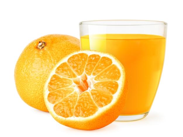 Спелые мандарины и стакан сока изолированы