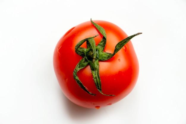 白い上面図で分離された完熟トマト