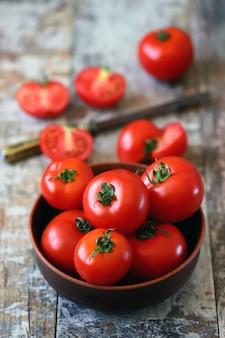 完熟トマトをボウルに入れてトマトを収穫する