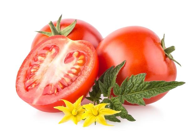 白い背景に分離された完熟トマト