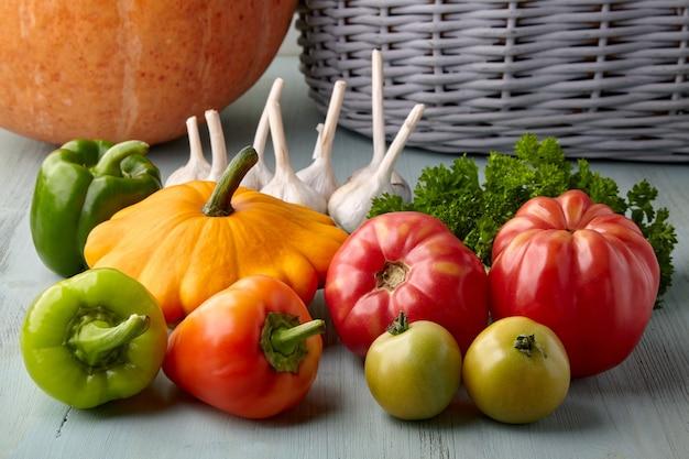 Спелые овощи и зелень из сада на деревянном столе