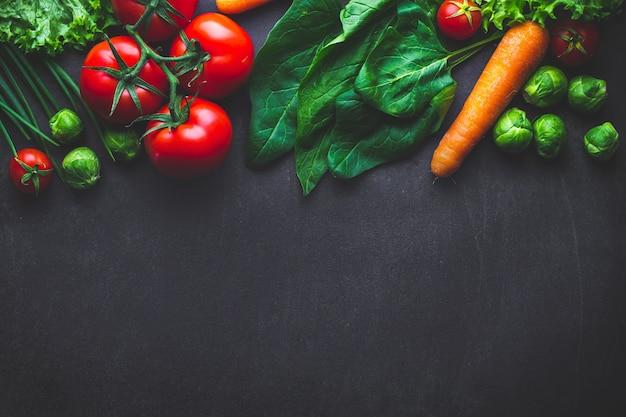Спелые овощи для приготовления свежих полезных блюд. правильное питание, чистая сбалансированная еда. концепция диеты. копировать пространство