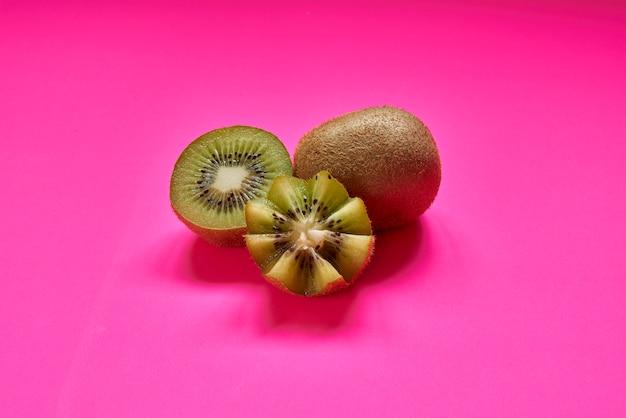 熟した全体のキウイフルーツとバラに分離された半分のキウイフルーツ