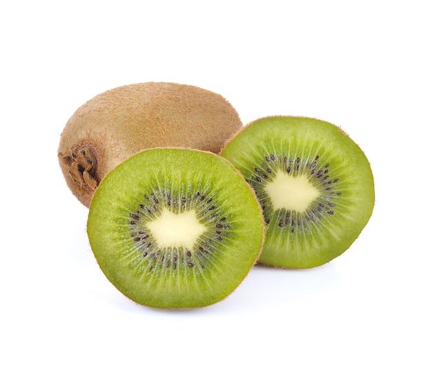잘 익은 전체 키위 과일과 흰색 배경에 분리된 절반의 키위 과일. 프리미엄 사진
