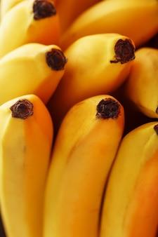 熟した黄色いバナナのクローズアップ。クローズアップ、フルスクリーン