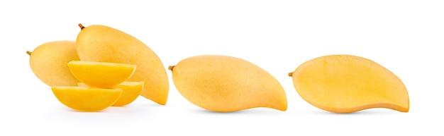 白い表面に分離された熟した黄色のマンゴー