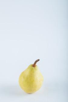 白地に熟した黄色の洋ナシ。高品質の写真