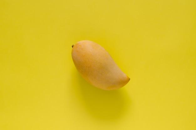 Спелое желтое манго барракуда таиланда на желтом фоне.