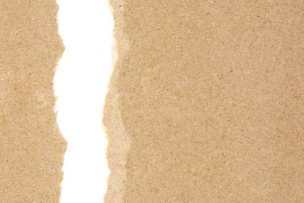흰색 배경에 고립 된 갈색 재활용 된 종이에 찢어진