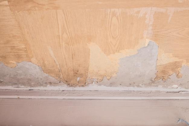 部屋の壁の壁紙が破れたり破れたりした。ホームコンセプトのリフォーム。屋内での修復。メンテナンス作業。自宅でのリフォーム。