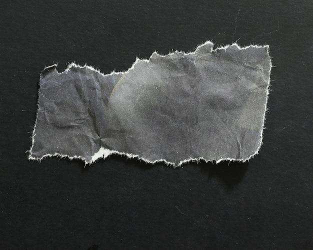 검은 배경에 고립 찢어진 종이