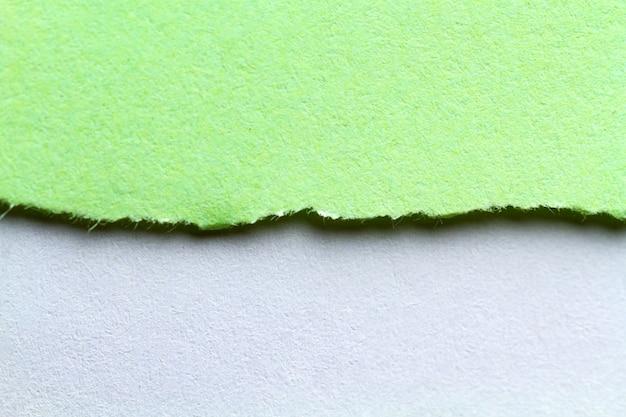 Разорванная бумага. рваная бумажная композиция с местом для текста или сообщения