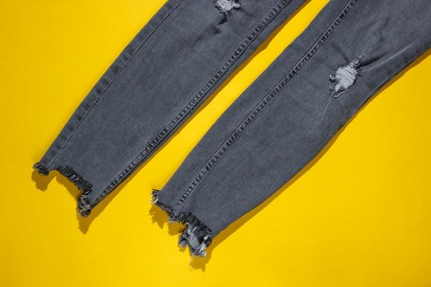 Модные рваные джинсы, изолированные на желтом