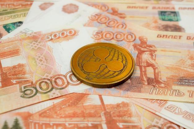 5000 러시아 루블 지폐에 리플 동전이 닫힙니다. 암호화 xrp 코인.