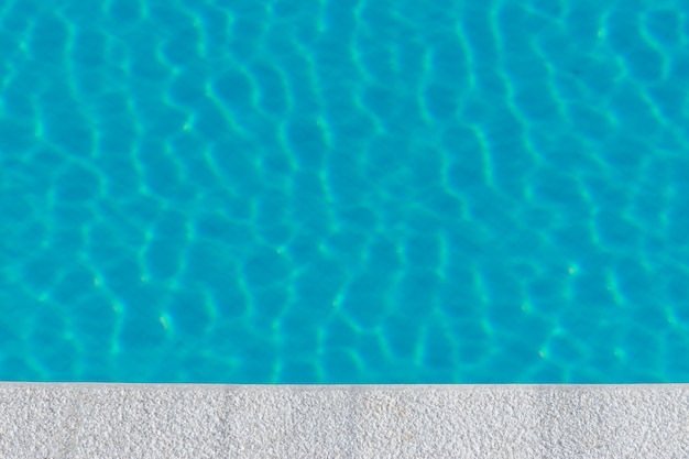 Пульсация воды в бассейне с отражением солнца Premium Фотографии