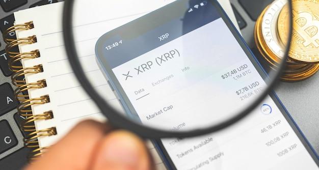 리플 xrp 암호화폐 거래 및 교환, 암호화폐 구매 및 판매용 앱이 있는 스마트폰, 사업 배경 사진