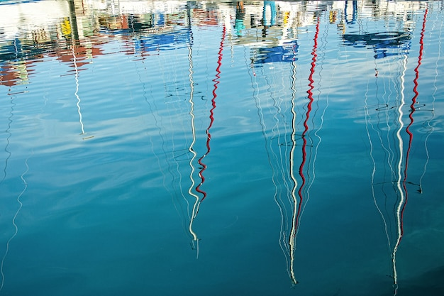 ボートマスト反射で水中の波紋