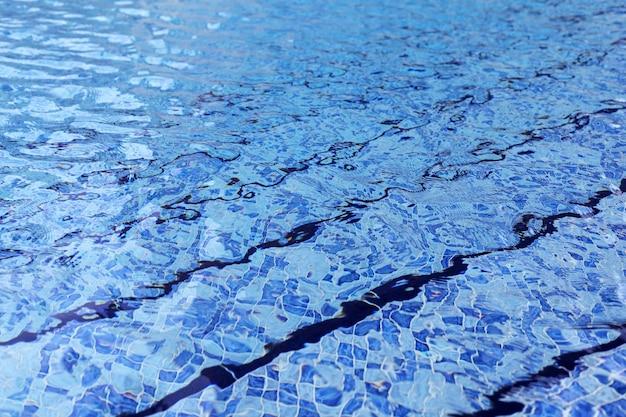 Рябь синей поверхности открытого бассейна. абстрактный фон фото.