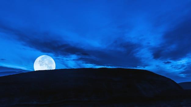 산에서 보름달의 상승