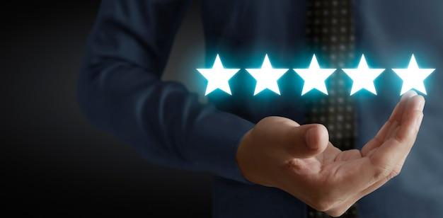 Поднимитесь на пять звезд в концепции оценки и классификации человеческих рук