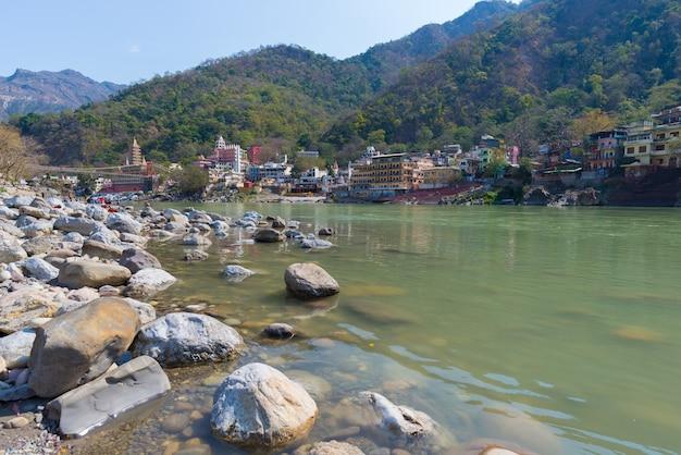 ヨガのクラスで有名なインドの聖地で旅行先のリシケシ。晴れた空と透明なガンジス川。