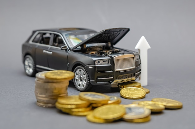 自動車部品の高騰。黒い背景に、コインの周りにフードを上げたモデルカーがあります。車のサービスの値上げの概念。