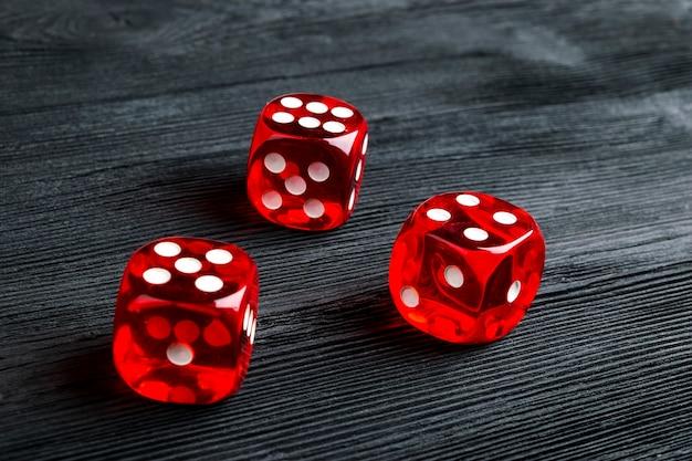 위험 개념-검은 나무 배경에서 주사위를 재생. 주사위로 게임하기. 레드 카지노 주사위 롤. 비즈니스 위험, 기회, 행운 또는 도박에 대한 주사위 개념 굴리기