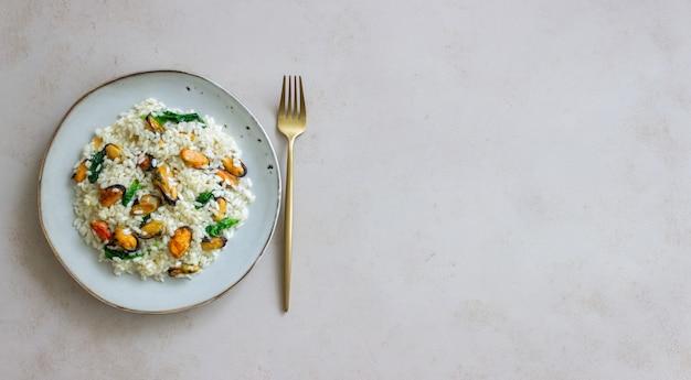 Ризотто с мидиями и шпинатом. здоровая пища. вегетарианская пища.