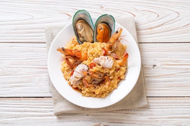 Ризотто с морепродуктами (креветки, мидии, осьминоги, моллюски) и помидорами
