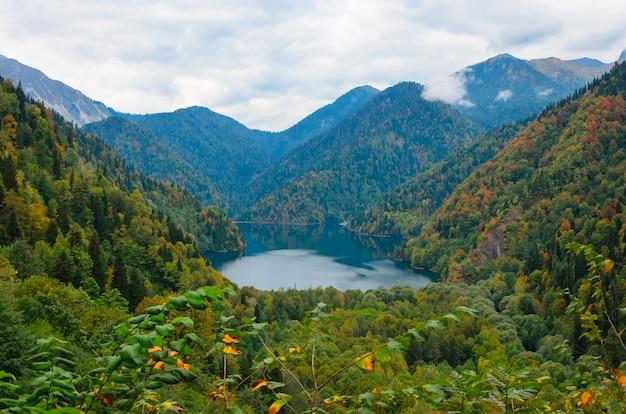 湖の素晴らしい自然風景を見るritsa abkhazia