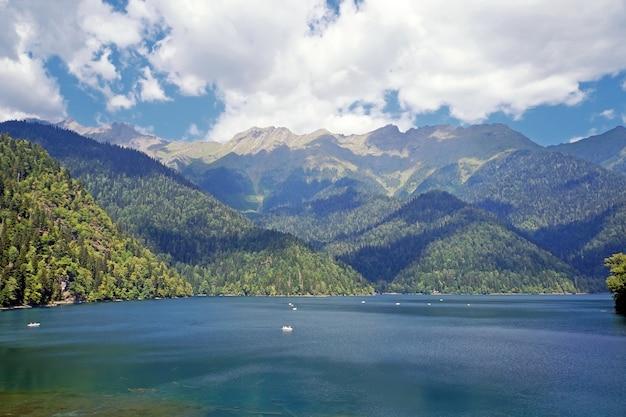 夏の晴れた日にアブハジアの山の中で湖ritsa