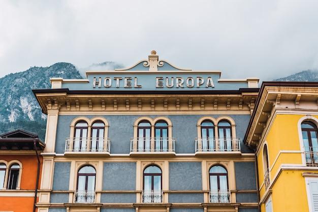 이탈리아 리바 델 가르다 - 2021년 10월 2일: hotel europa와 같은 도시 광장에 있는 화려하고 멋진 전형적인 이탈리아 호텔